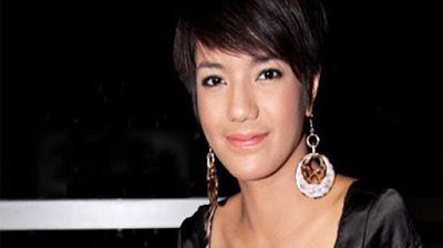 """Biografi  Sheila Marcia  Biografi  Sheila Marcia lahir pada tanggal 3 September 1989 di Malang, Jawa Timur. Dia merupakan pemain film dan sinetron serta model. Sheila mengawali debutnya sebagai bintang, lewat ajang Gadis Sampul 2004. Menyusul kemudian membintangi film layar lebar EKSKUL (2006) bersama DJ Ramon (Ramon Y Tungka) dan Metha Yunatria. Film arahan sutradara Nayato Fio Nuala itu kemudian berhasil meraih FFI 2006, meski kemudian dianulir kemenangannya, setelah diketahui ada bagian karya yang dinilai menyontek. Sheila kemudian membintangi film horor, Hantu Jeruk Purut (2006) yang melambungkan namanya.  Tahun 2007, Sheila Marcia  membintangi 2 film, yaitu film drama romantis berjudul Tentang Cinta arahan sutradara Sony Gaokasak yang juga dibintangi Vino G Bastian, Fedi Nuril, dan Hayria Faturrahman. Dalam film ini Sheila juga menyumbang suara untuk soundtrack dalam lagu berjudul """"Hey"""".Sheila bermain juga dalam film bergenre horor produksi Indika Entertainment berjudul Film Horor yang digadang-gadang sebagai """"scary movie"""" pertama di Indonesia. Selain film, Sheila juga membintangi sinetron, antara lain Love bersama Irwansyah, juga sebelumnya sinetron Bunga-Bunga Cinta, Mencari Cinta, dan Makin Sayang.Sheila juga membintangi film """"Kereta Hantu Manggarai"""".  Sheila pernah menjalin kasih dengan presenter Adi Nugroho yang dikenal sebagai pembaca"""