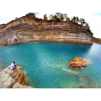 foto pemandangan indahnya danau biru kalimantan utara