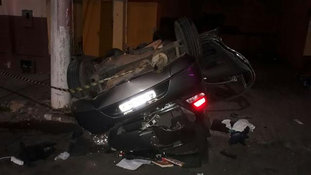 Dois homens morrem após carro capotar em Alagoinhas