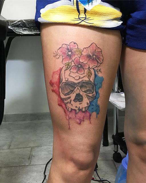 tatuagem feminina caveira aquarela colorida