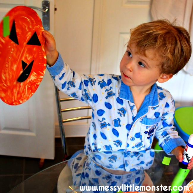 Paper plate pumpkins.  A simple halloween craft for toddlers and preschoolers,