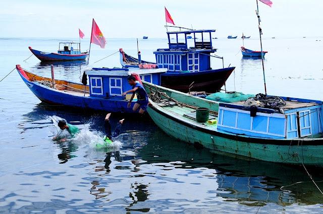 Những đứa trẻ tại Lý Sơn đã gắn bó với biển từ bé, từng lớp người nơi đây ra khơi bám biển