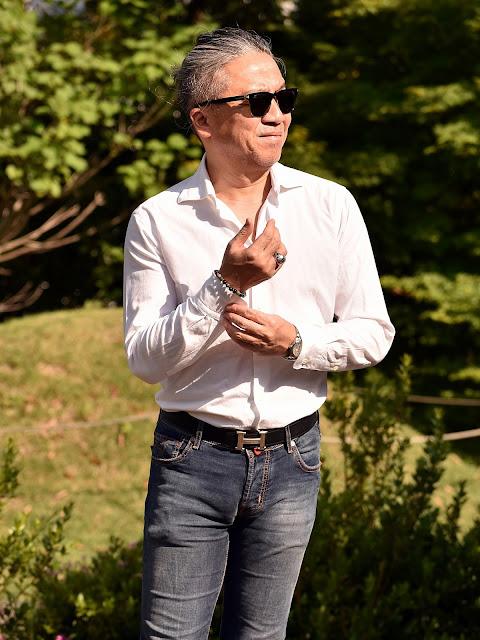 長袖シャツとジーンズのコーディネート