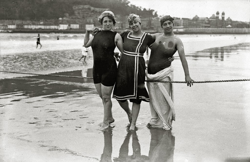 36 Interesting Vintage Photos Of Women In Bathing Suits In