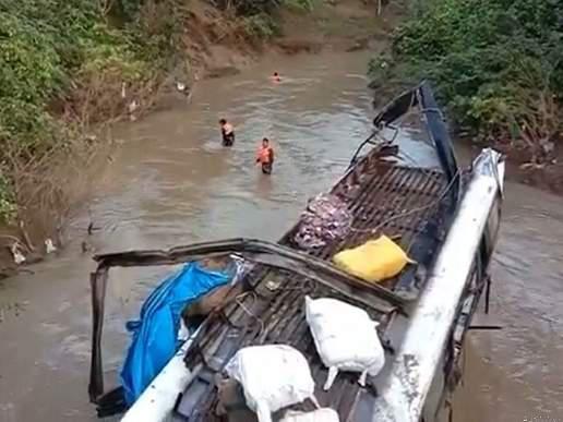 Madhya-Pradesh-bus-falls-into-river-from-bridge-in-Raisen-7-killed-19-injured-मध्यप्रदेश: रायसेन में पुल से नदी में गिरी बस, 7 की मौत, 19 घायल