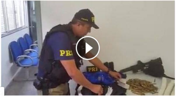 PRF apreende fuzil, munição e explosivos em ônibus em Barra do Turvo