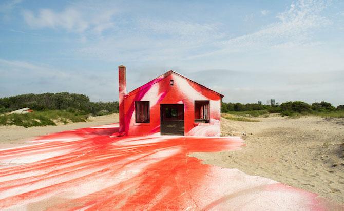 La artista Katharina Grosse llena un espacio abandonado con color