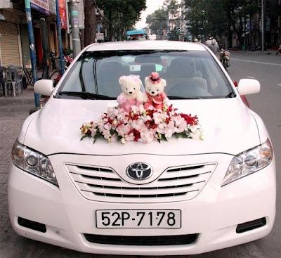 Cách cắm hoa cưới cùng gấu bông để trang trí xe rước dâu