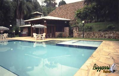 Execução da construção da piscina com as escadas de pedra, o muro de pedra rústica com execução da churrasqueira, o piso do deck da piscina com pedra São Tomé e a execução do paisagismo.