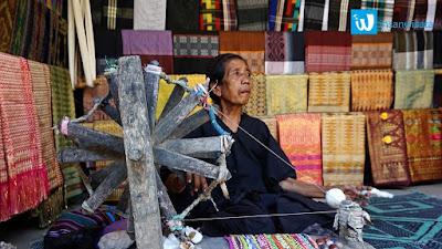 menenun kain songket desa sade wisata lombok
