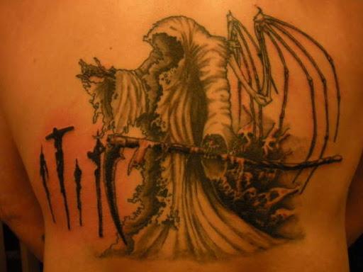 Outro Grim Reaper tatuagem de ter asas. As asas parecem ter apenas ossos de esquerda, assim como o resto do ceifador do corpo. O reaper é também representada como o rosto e a sombra dos mortos, silenciosamente, a seguir a ele.