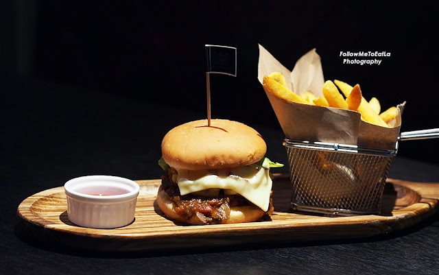 THE GASTROPUB BEEF RIB BURGER  RM 39