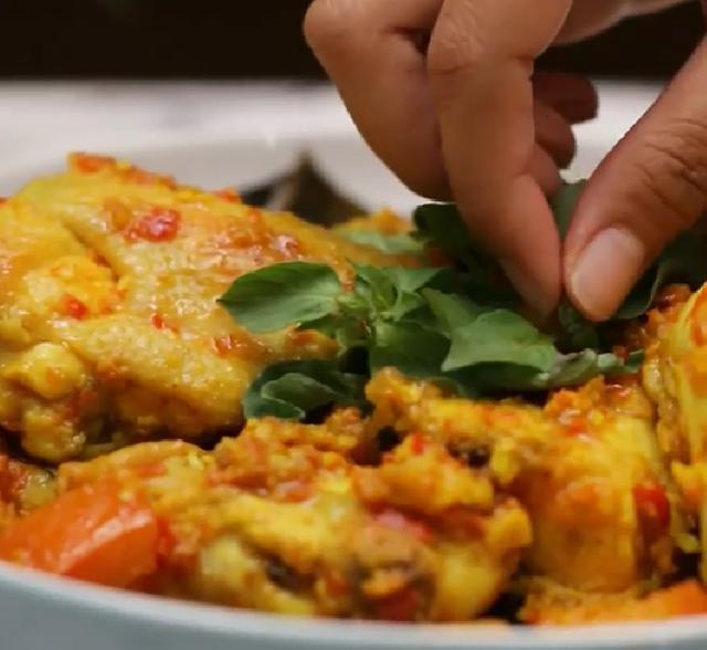 Olahan daging ayam ini yummy banget lho bunda Cara Memasak Ayam Rica-Rica Kemangi Bumbu Sederhana