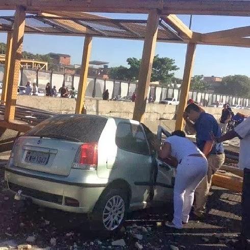 887555dd71 Caminhão derruba passarela sobre carros e mata quatro pessoas no Rio