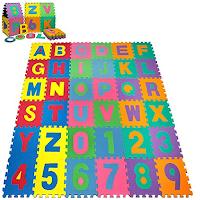 Un tapis façon puzzle géant en mousse avec lettres et chiffres