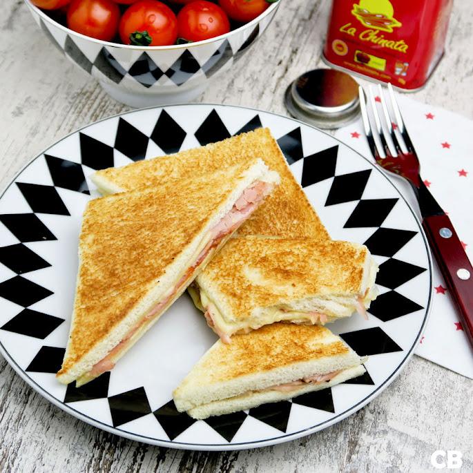 Flinterdunne mini-tosti's zonder korstjes maar met ham, kaas en gerookte paprikapoeder