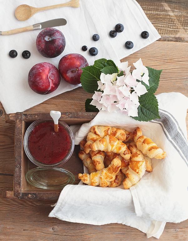 Schnelle Mini-Croissants mit Pflaumenmarmelade, Heidelbeeren & Balsamico Diamant Gelierzauber
