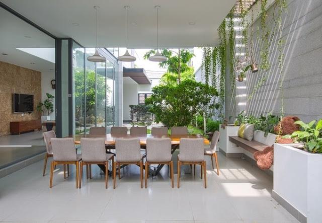 Sân vườn rộng tạo không gian thoáng mát cho nhà phố đẹp tại TP.HCM