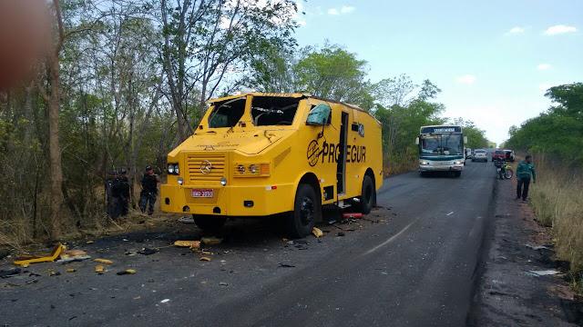 Quadrilha armada explode e rouba R$700 mil de carro-forte no Maranhão