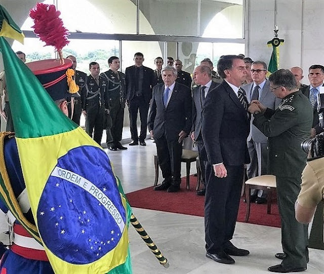 Bolsonaro recebe condecoração do exército por ato de bravura