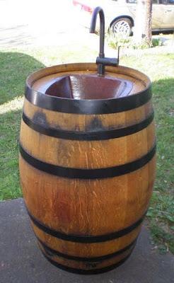 Un barril para vinos convertido en un hermoso lavabo.