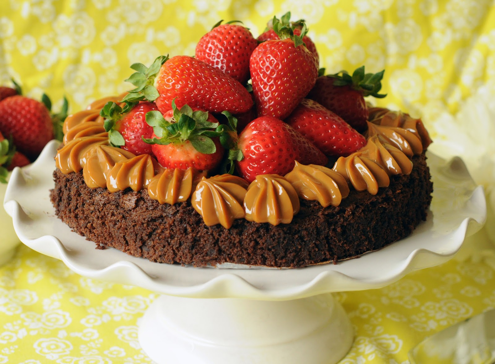 Torta de Chocolate, Frutillas y Manjar – Mundo de Dulcinea