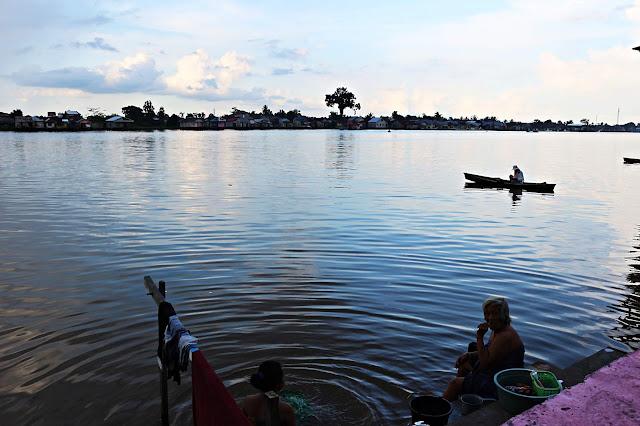 Mandi, cuci dan mencari ikan di Tepian Kapuas