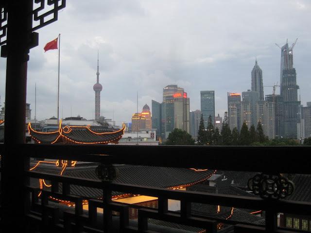 Shanghai - Blick vom Teehaus auf die Wolkenkratzer