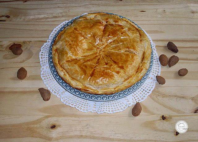 tarte de massa folhada e recheio de creme de pasteleiro e amendoas