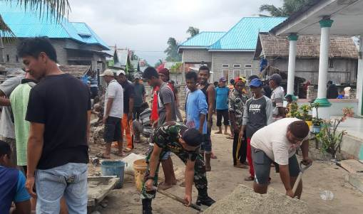 Camat Pasimarannu, Pimpin Kerja Bakti Bersama Warga Desa Lamatu