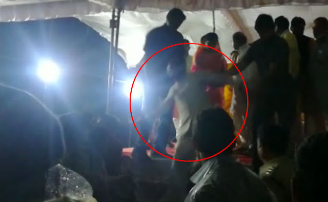 मध्य प्रदेश के मुख्यमंत्री शिवराज सिंह चौहान जन आर्शीवाद यात्रा के दौरान मंच से उतरते वक्त फिसले