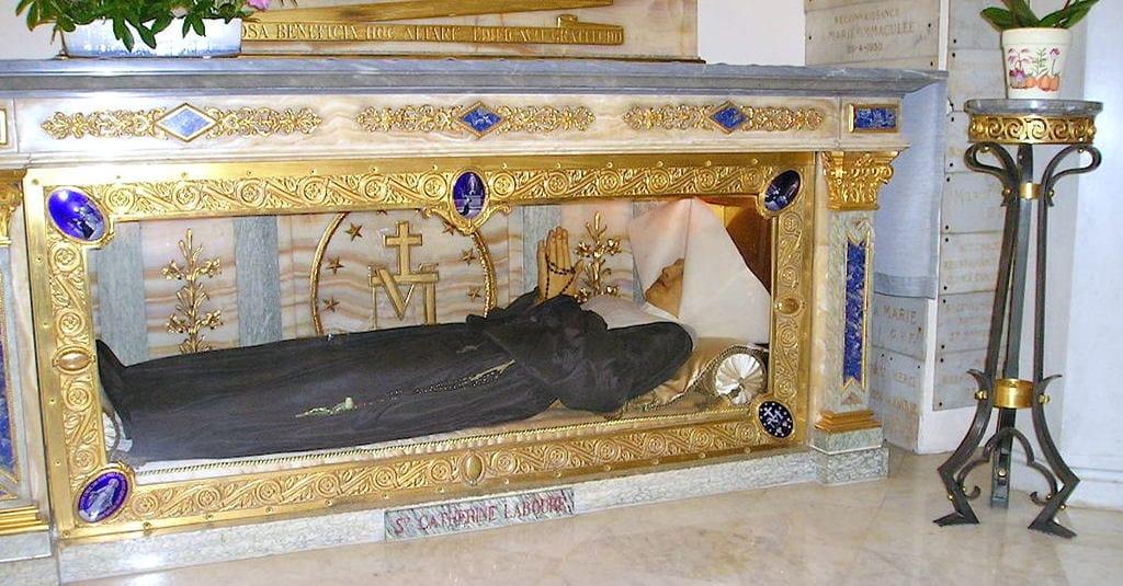 Thi hài thánh nữ ngủ yên trong phần mộ suốt 56 năm thi hài vẫn nguyên vẹn - H1