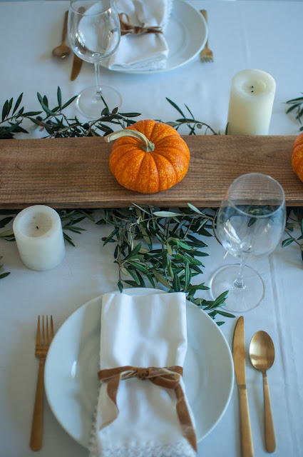 Let's consider inspiring decor ideas for a fall tablescape, pumpkin centerpieces, and painted Cinderella pumpkins. Leslie of Gwen Moss blog shares beautiful autumn DIYs and placesetting ideas on Hello Lovely. #hellolovelystudio #fallinspiration #gwenmoss #tablescape #falltable #falldiy #pumpkins #decoratingideas