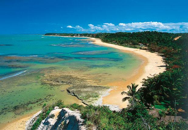 Esse pedaço de paraíso chamado Praia do Espelho em Trancoso possui um chame único, modelado pelas suas piscinas naturais e recifes