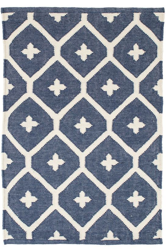 I love farmhouse style, the color blue, and cushy rugs! Here are ten of my favorite blue rugs. All of them perfect for creating that farmhouse style! geometric indoor/outdoor rug
