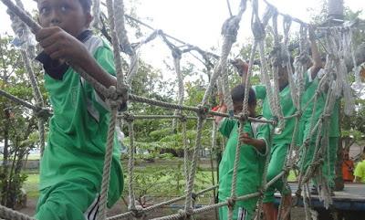 melintasi jembatan jaring bagi siswa SD