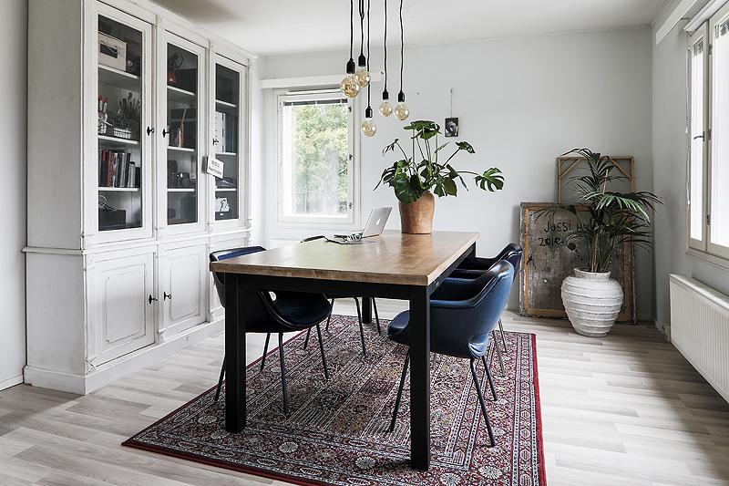 Avotakka, my home, oma koti, sisustus, sisustusinspiraatio, valokuvaaja, Frida Steiner, Visualaddict, interior, inredning, interior4all, interiorinspiration, ruokailutila, ruokahuone, Käinby1925, puupöytä, vitriini, Kilta-tuoli, Olli Mannermaa