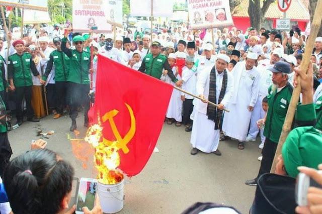 FPI Kerap Bakar Bendera PKI, Lantas Darimana Mereka Dapat Bendera Itu?