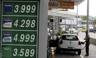 Gasolina mais barata pode ajudar a levar inflação à meta em 2017.../Pela primeira vez em sete anos, a Petrobras anunciou nesta sexta-feira a redução dos preços médios dos combustíveis:
