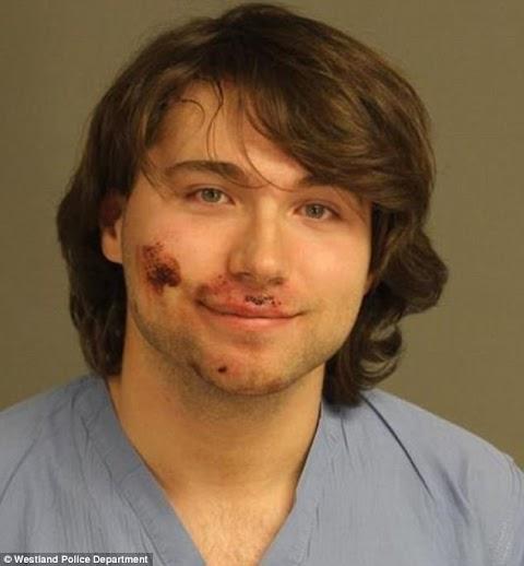 Jovem sorri para foto após ser preso por ter matado mãe a facadas