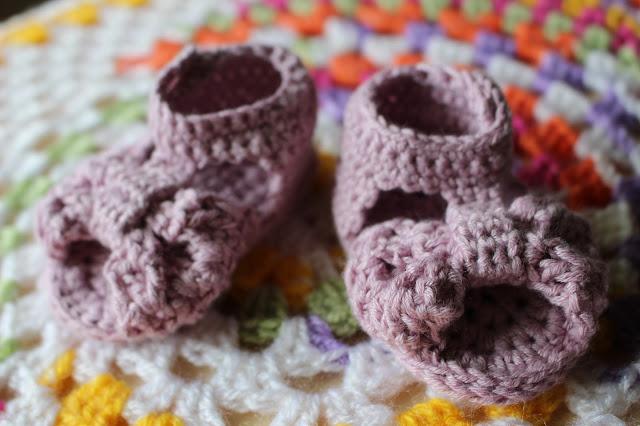virkatut vauvan sandaalit