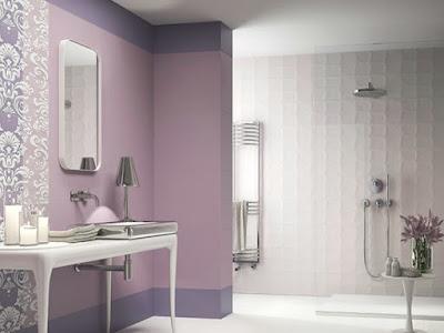 15 ideas originales para decorar paredes de ba os for Azulejos bano morado