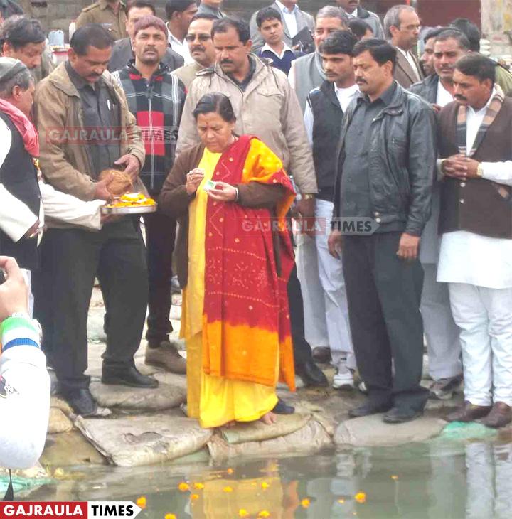 उमा-भारती-ब्रजघाट-में
