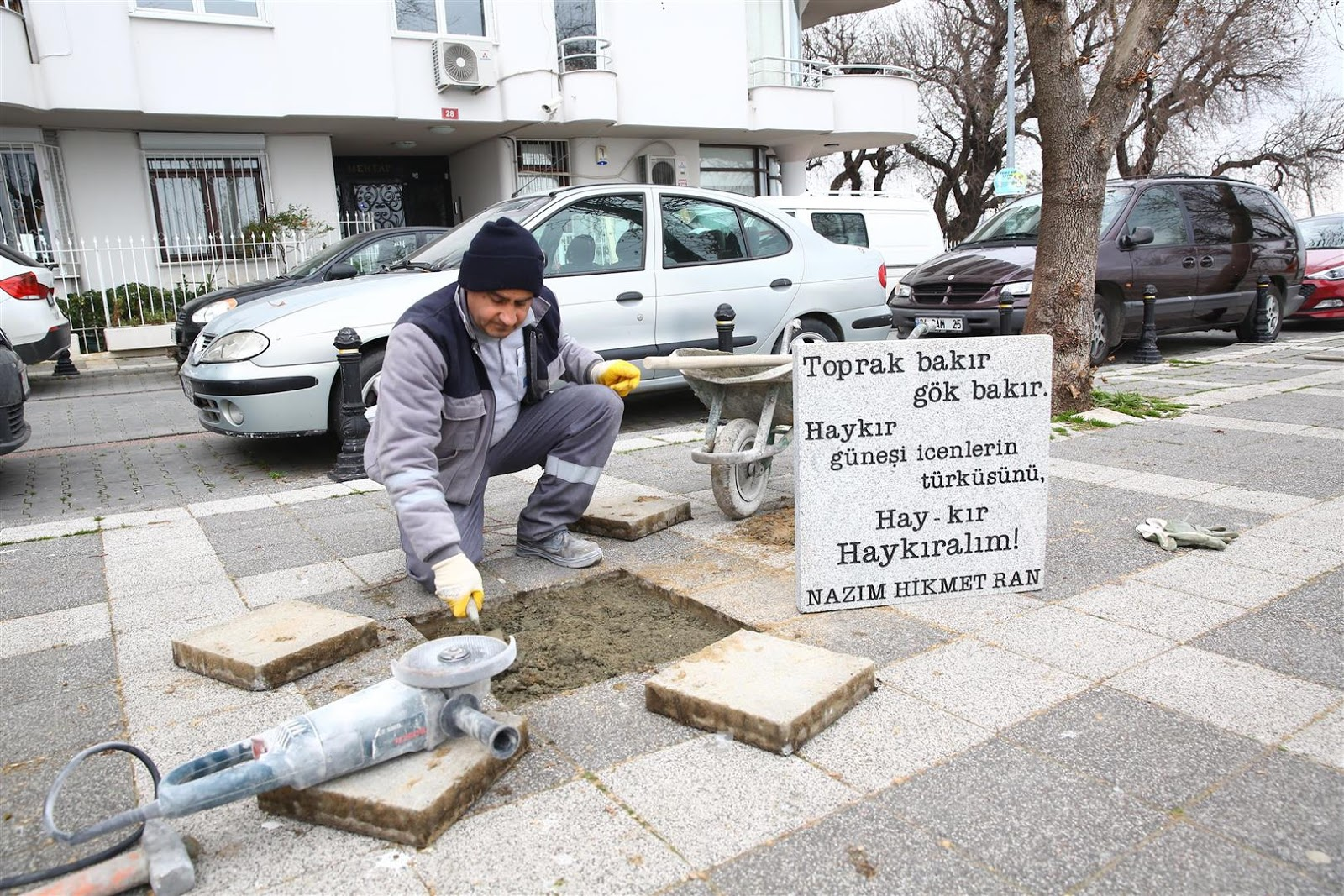 Nazım Hikmet'in şiirleri Kadıköy Moda Burnundaki caddede