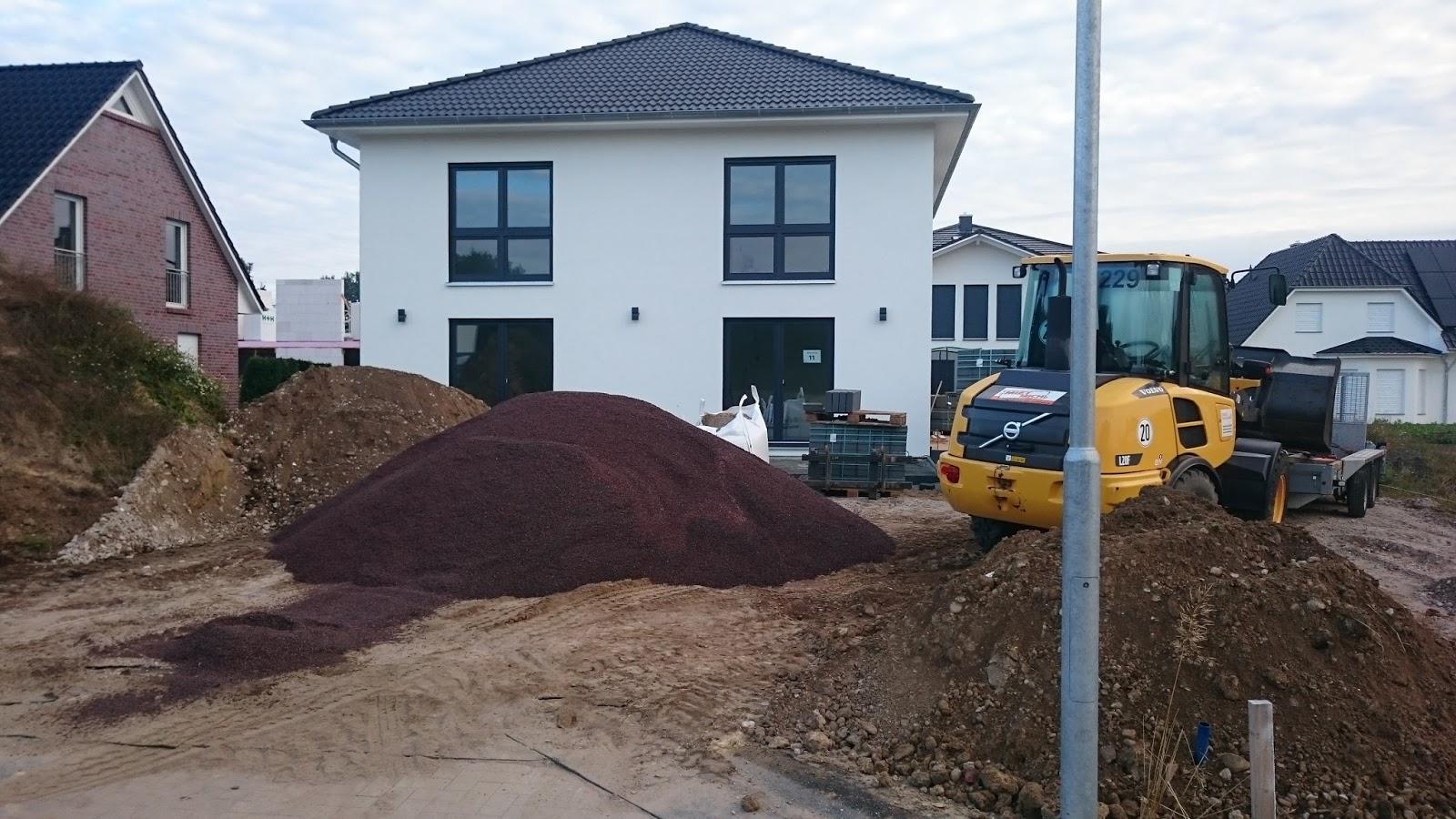 stadtvilla in elmenhorst stein f r stein die einfahrt entsteht. Black Bedroom Furniture Sets. Home Design Ideas