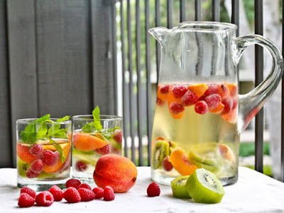 Beneficios tomar agua simple