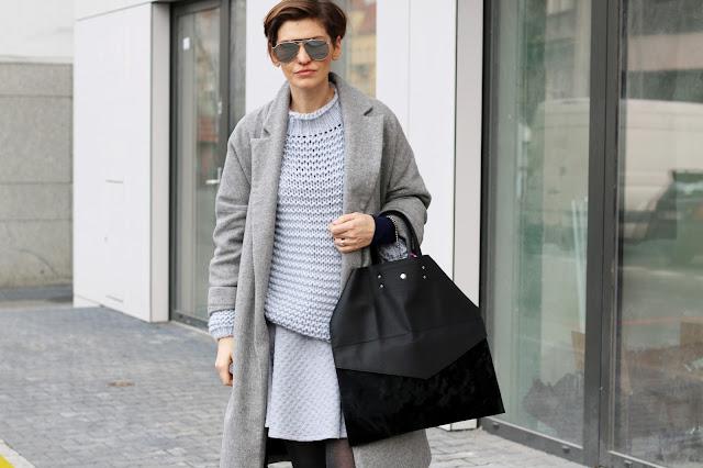zimowa stylizacja, niebieski sweter, kalosze do płaszcza, codzienna stylizacja, pastele zimą, stylistka poznań,