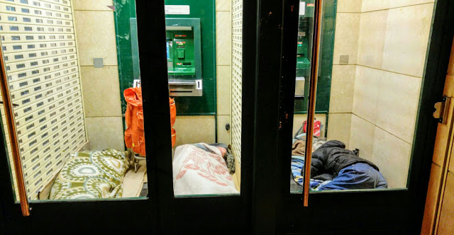 Tres personas duermen en un cajero en la avenida de la Libertad en Bagatza