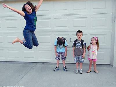 Mutter freut sich das Kinder wieder in die Schule gehen lustig