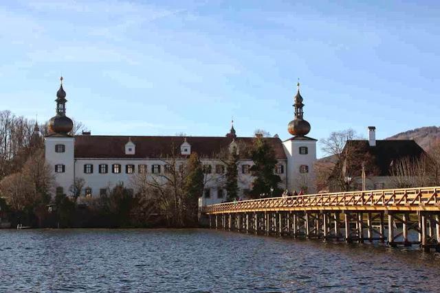 Ein Seeschloss mit Ausblick auf ein weiteres Schloss am Seeufer © Copyright Monika Fuchs, TravelWorldOnline